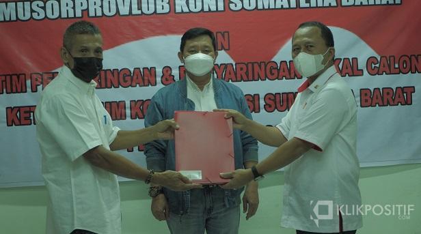 Agus Suardi menyerahkan berkas persyaratan kepada ketua Caretaker Musdalub KONI Sumbar