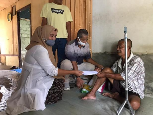 Tim AR Center menyerahkan bantuan dari Andre Rosiade kepada kepada Asmadi di Padang Pasir, Padang Barat, Kota Padang.