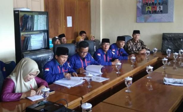 Dewan Kesenian Kabupaten Solok saat menyampaikan aspirasi kepada komisi III DPRD Kabupaten Solok di Arosuka