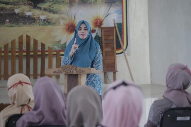 Ketua TP PKK Kabupaten Dharmasraya, Ny. Dewi Sutan Riska memberikan arahan saat kegiatan Penyegaran Kader Posyandu dan Kader Dasawisma di Kecamatan Koto Besar.