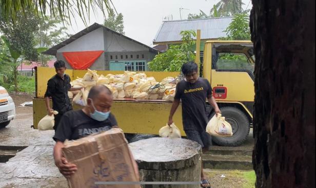 Tim Andre Rosiade tak ragu membagikan sembako di tengah hujan lebat yang melanda Kota Padang, Rabu (12/5/2021)