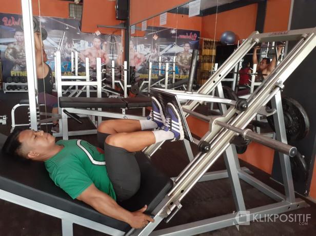Jondrizal, atlet binaraga binaan FKKSP saat fitnes di Luki Fitnes, Jalan Lalang, Padang Besi.