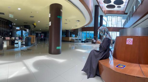 Suasana pengunjung SPH yang tengah menikmati layanan wifi di gadget miliknya