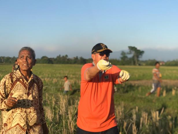 Teks Foto: Wakil Gubernur Sumbar, Nasrul Abit menarik benang layang-layang saat lomba layang-layang di Nagari Sungai Gimba Ulakan, Kabupaten Padangpariaman, Minggu (23/2)