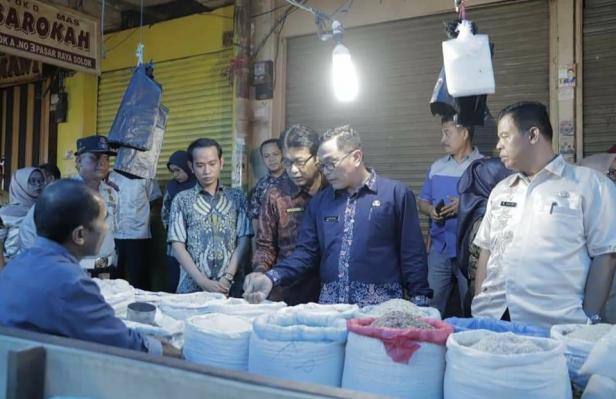 Asisten Bidang Ekonomi dan Pembangunan, Jefrizal bersama dinas terkait melakukan peninjauan di Pasar Raya Solok.