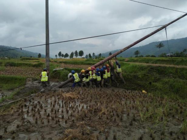 Perjuangan petugas PLN melistriki Indonesia