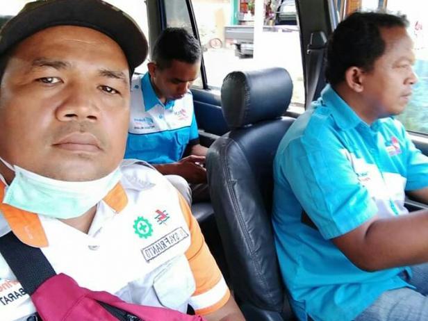 Eri Syafrianto petugas PLN bagian penagihan dan baca meter di Kambang, Kecamatan Lengayang-Rayon Balaisala, Kabupaten Pesisir Selatan saat memulai hari kerjanya untuk masyarakat