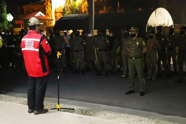 Ketua Satgas Penegakan PSBB Kota Solok, Reinier melepas tim gabungan penegakan PSBB di Balaikota Solok.
