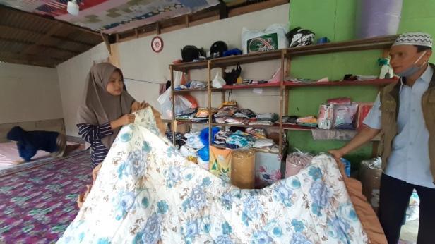 Ref Irmawati (kiri) saat memperlihatkan bed covwr buatannya kepada staf UPZ Baznas Semen Padang Mafril (kanan)
