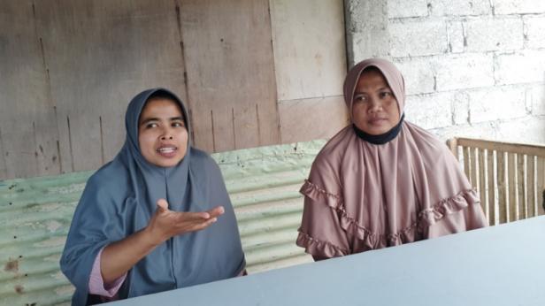 Zurlina Roza (kiri) bersama Yuliarti (kanan) saat ditemui di Gang Melayu, Kelurahan Batu Gadang