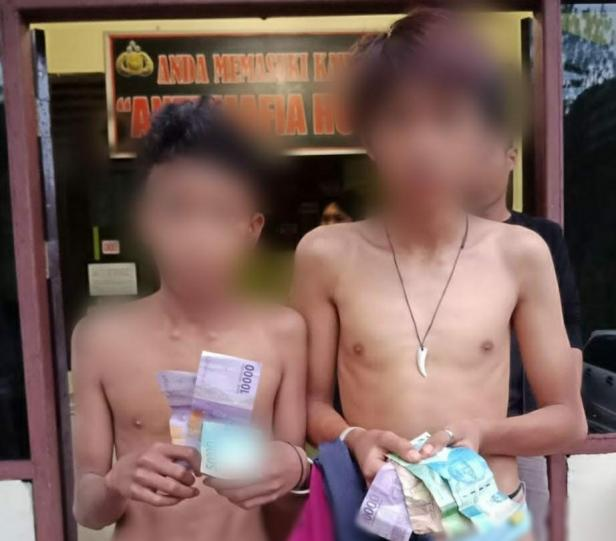 Kedua pelaku pencurian kotak amal dengan motif bercelana dalam diamankan di Mapolres Solok