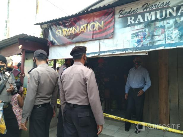 Personel Polres Payakumbuh melakukan olah TKP pembunuhan.