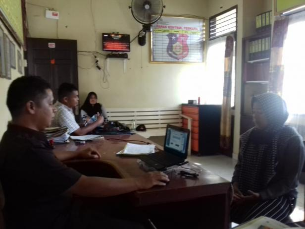 Korban WA saat melaporkan wali nagari ke Polsek Bayang