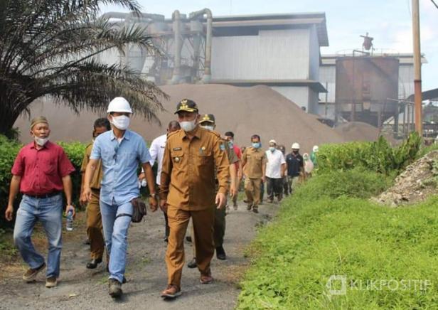 Bupati Pasaman Barat, Hamsuardi saat turun langsung kelapangan untuk melihat dugaan limbah pabrik yang bocor milik PT BSS