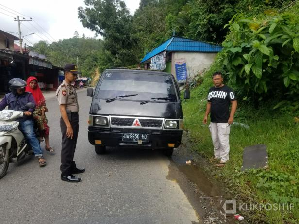 Kapolsek Muaro Kalaban Iptu Usman Nurwidi Saat Mengecek Kendaraan yang Diduga Hasil Curian
