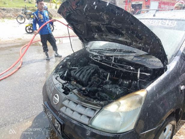 Petugas Damkar berupaya memadamkan api