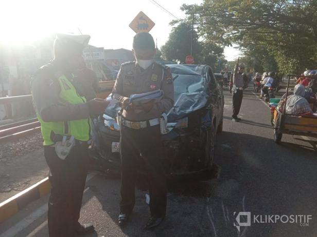 Kanit Laka Lantas Satlantas Polresta Padang, Ipda Arisman sedang melakukan cek Tempat Kejadian Perkara (TKP) Kecelakaan