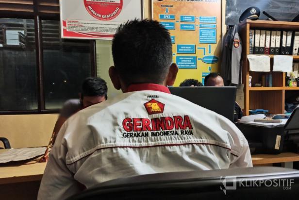 Kader DPC Partai Gerindra Pasaman Barat, Syamsul Bahar saat membuat laporan di Polres Pasaman Barat