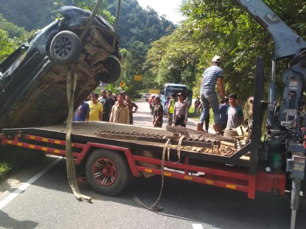 Evakuasi minibus yang masuk jurang