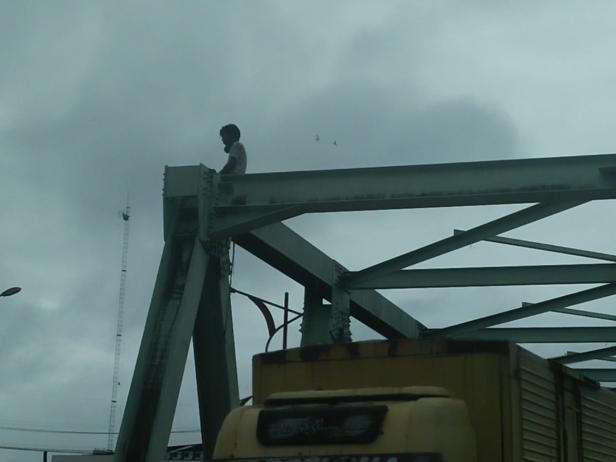 Pria yang Diduga Stres diatas Jembatan Andalas, Padang