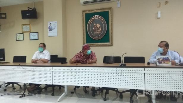 Direktur Utama RSUP Dr M Djamil Padang Yusirwan Yusuf (tengah)