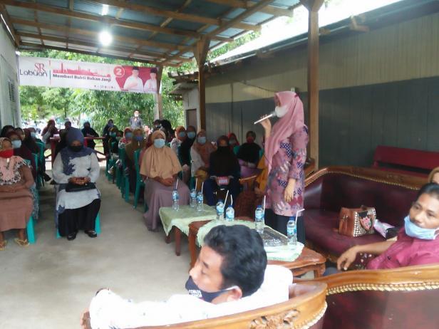 Ny. Dewi Sutan Riska bersama Ny. Mega Dasril Panin melalukan pertemuan dengan kaum perempuan di Nagari Sungai Dareh.