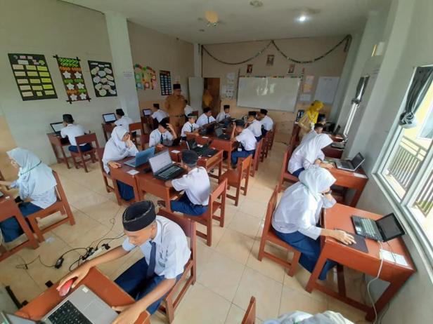 BELAJAR - Para pelajar MTs Lubuk Kilangan tengah belajar menggunakan fasilitas komputer. MTS Luki merupakan sekolah binaan PT Semen Padang, pada tahun ini berhasil menelorkan lulusan pertama yang 100 persen diterima di SMA/SMK Negeri. Foto di atas diambil sebelum pandemi COVID-19.