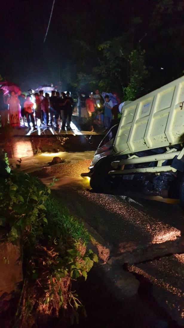Kondisi salah satu jalan terban di Muaro Paiti dan akibatkan satu unit truk terjebak