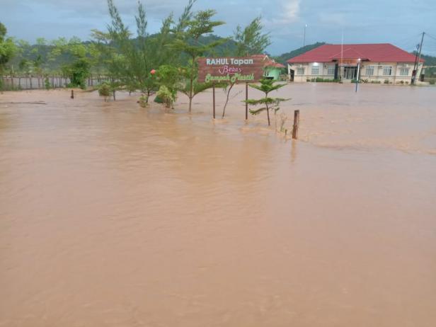 Akibat hujan lebat, Kantor Camat Rahul Tapan juga ikut terimbas banjir