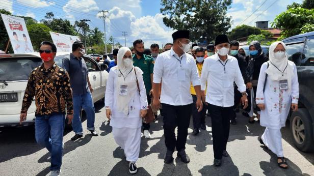Calon Bupati Dharmasraya Sutan Riska Tuanku Kerajaan bersama calon wakil Bupati Dharmasraya Dasril Panin Datuak Labuan berjalan kaki menuju KPU Dharmasraya untuk melakukan pendaftaran.