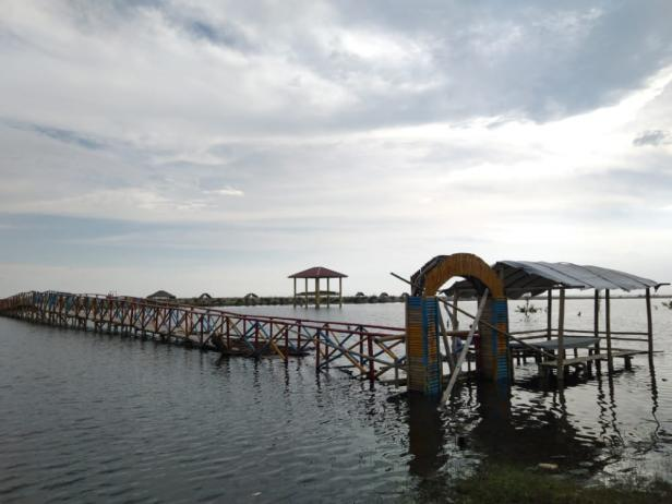 Dihantam gelombang pasang jembatan bambu di Muaro Kandis Punggasan Pessel tampak rusak