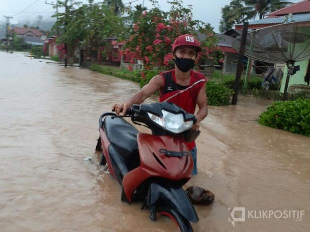 Salah seorang di Batangkapas Pessel nekat terobos banjir dengan membawa kendaraannya