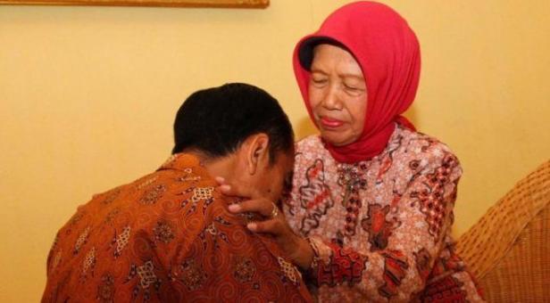 Jokowi dan Ibundanya, Hj. Sudjiatmi Notomihardjo