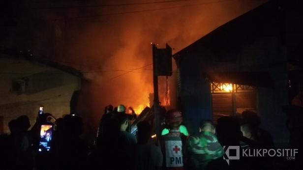Dinas Damkar Kota Padang Saat Memadamkan Api