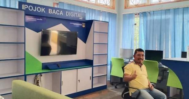 Kadis Dukcapil Solsel Efi Yandri di ruang Pojok baca digital Dinas Dukcapil Solsel
