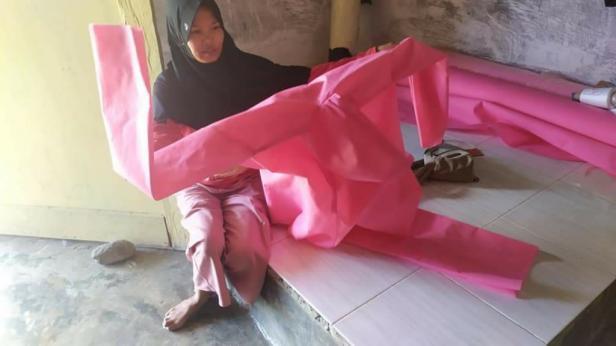 Pakaian alat pelindung diri karya tim Batajau Seni Pariaman
