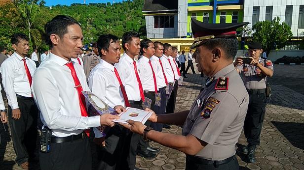 Wakapolres Pessel, Kompol. Taufik Isra saat menyerahkan langsung penghargaan dari Kapolres kepada 13 personel yang dianggap berprestasi