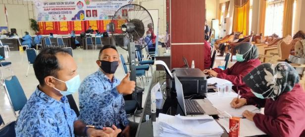 Dua Orang ASN melalui Proses pendaftaran sebelum menerima Vaksinasi di Aula Kantor Bupati Solok Selatan, Rabu, 17 Maret 2021