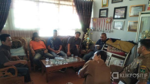 Sejumlah tokoh masyarakat dipimpin Anggota DPRD Pessel, Ikal Jonedi saat diskusi dengan pihak SMAN 1Sutera