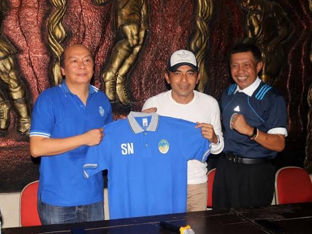 Haryadi Suyuti saat memperkenalkan Seto Nurdiyantoro sebagai pelatih PSIM Yogyakarta