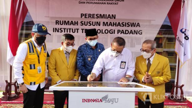 Penandatanganan prasasti peresmian pembangunan rusun untuk mahasiswa vokasi ITP oleh Dirjen Perumahan PUPR Khalawi Abdul Hamid, Kamis (17/6)