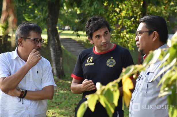 Direktur Utama PT. Semen Padang Yosviandri dan Komut PT. KSSP Khairul Jasmi saat Berbincang dengan Pelatih Kepala Semen Padang FC Eduardo Almeida