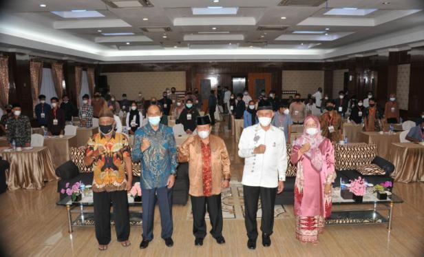 Gubernur Sumbar Mahyeldi Ansharullah dan Kadis Kebudayaan Gemala Ranti saat Bimtek di Agam