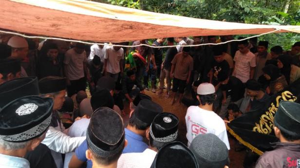 Jenazah Ayah dan Anak korban kecelakaan beruntun di Perumnas Koto Baru Solok dimakamkan