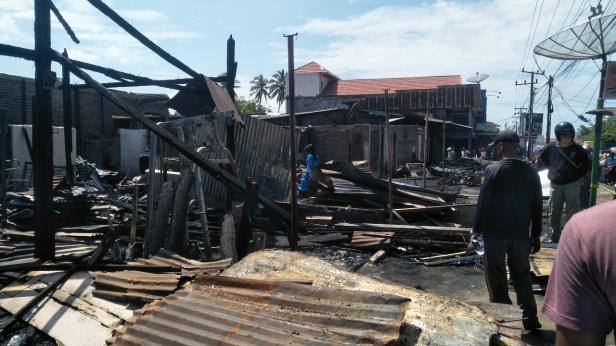 Puing-puing petak toko dan bangunan rumah usai kebakaran pasar Kambang Pessel
