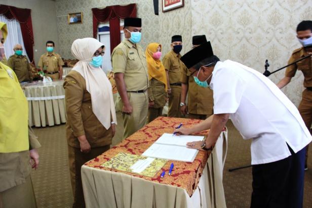 Bupati Solok menandatangani berita acara pelantikan 6 pejabat Disdukcapil kab. Solok
