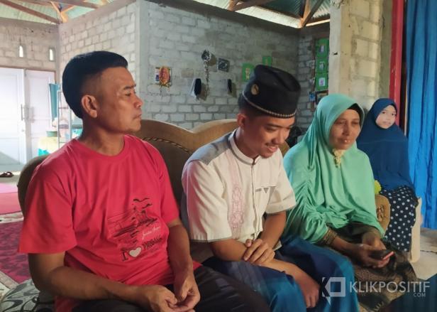 Muhammad Ihsan didampingi kedua orangtuanya saat bercerita soal keinginannya ingin berkuliah di Al Azhar Mesir