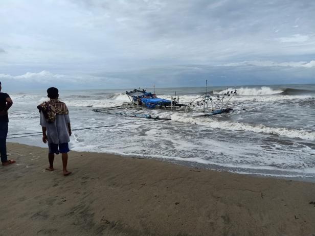 Satu unit kapal bagan rusak pasca ditejang gelombang di Pessel