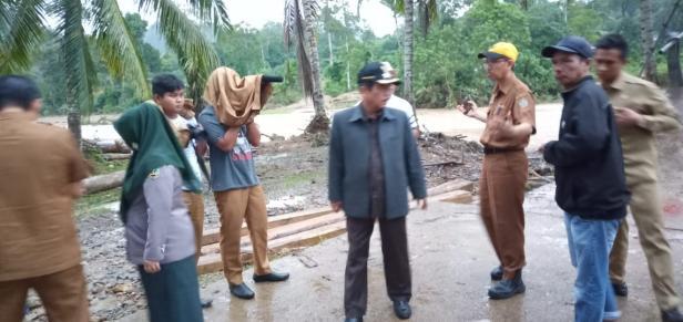 Bupati Sijunjung Yuswir Arifin Saat Meninjau Lokasi Bencana