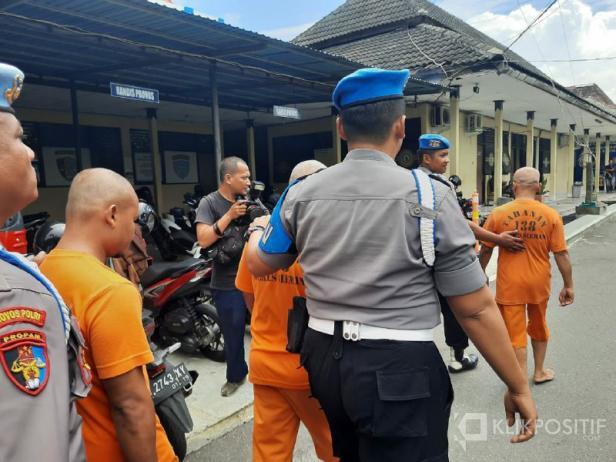 Tiga tersangka kasus tragedi susur sungai siswa SMPN 1 Turi Sleman saat digiring polisi di Polres Sleman